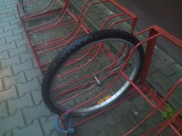 Czasem bywa tak że po rowerze zostaje tylko koło...