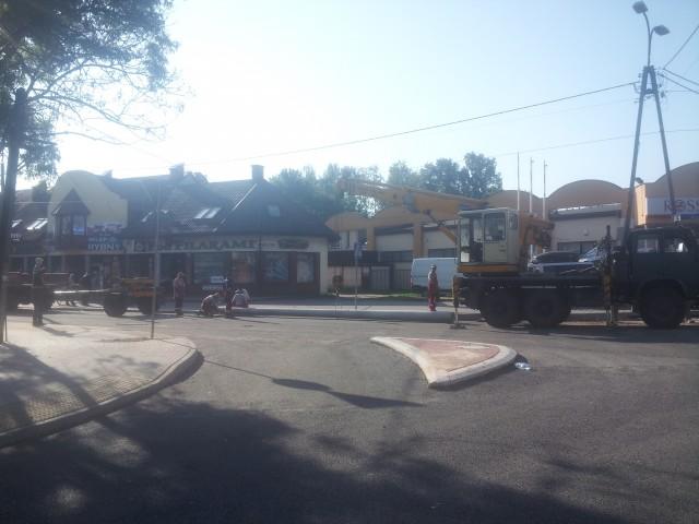 Przygotowania do usunięcia słupa z ronda przy skrzyżowaniu Armii Krajowej i Bema w Sulejówku