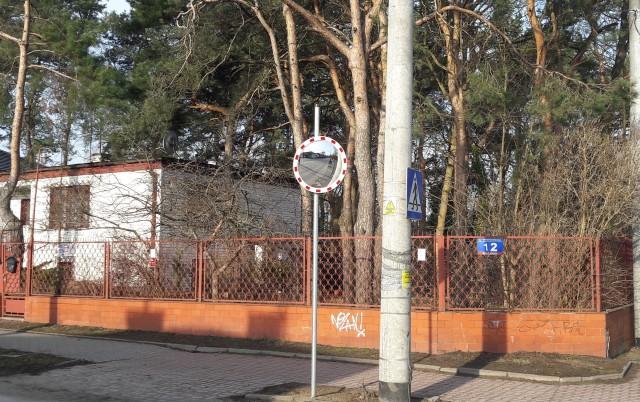 Drogowcy zamontowali lustro drogowe przy ul. Armii Krajowej w Sulejówku