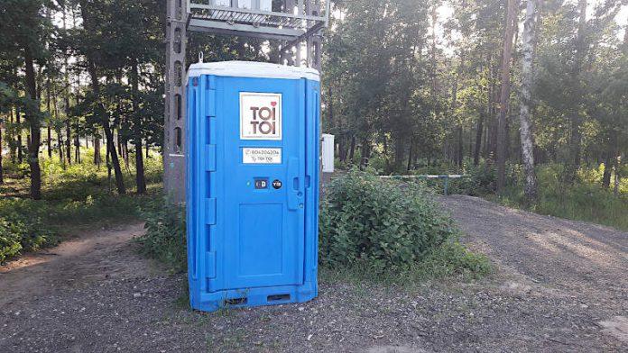 Toi Toi postawiony przy wejściu do Parku Glinianki od strony ulicy Szosowej w Sulejówku (Fot: Hubert Wasilewski)
