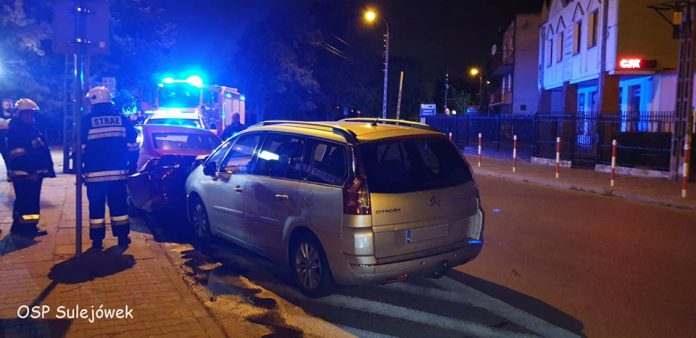 BMWu uderzyło w dwa zaparkowane auta (Źródło: OSP Sulejówek)