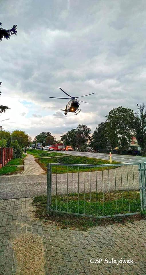 Helikopter ląduje na drodze krajowej nr 2 w miejscowości Nowy Konik (Źródło: OSP Sulejówek)