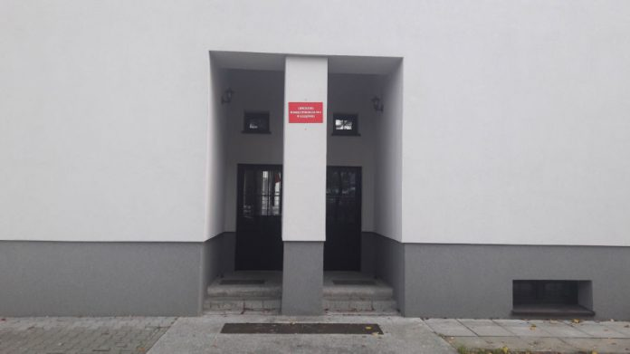 Wejście do lokalu Obwodowej Komisji Wyborczej nr 4 zlokalizowanej w Szkole Podstawowej nr 3 im. Marszałka Józefa Piłsudskiego w Sulejówku (Fot: Hubert Wasilewski)