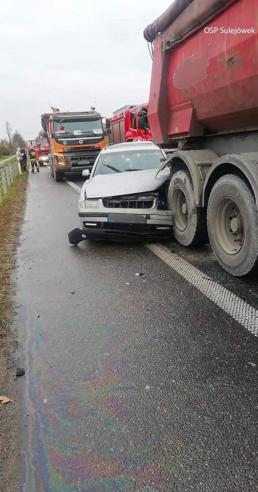 Ciężarówka wepchnęła samochód osobowy w inną ciężarówkę (Źródło: OSP Sulejówek)