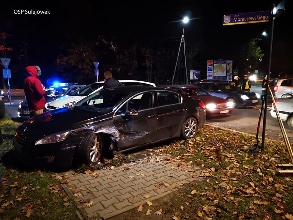 Zderzenie samochodów na skrzyżowaniu ulicy Jędrzeja Moraczewskiego z Aleją Piłsudskiego w Sulejówku (Źródło: OSP Sulejówek)