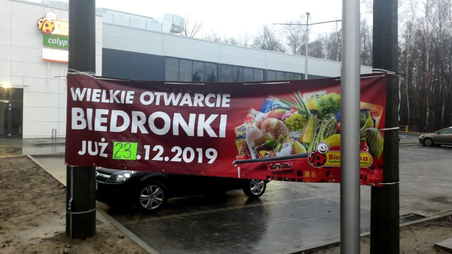 Baner promujący otwarcie sklepu Biedronka przy Placu Czarnieckiego 1 w Sulejówku (Fot: Hubert Wasilewski)