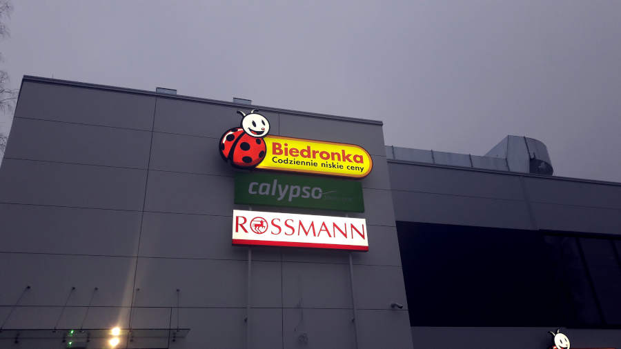 Budynek przy Placu Czarnieckiego 1 w Sulejówku  w którym mieści się sklep sieci Biedronka oraz Rossmann (Fot: Hubert Wasilewski)
