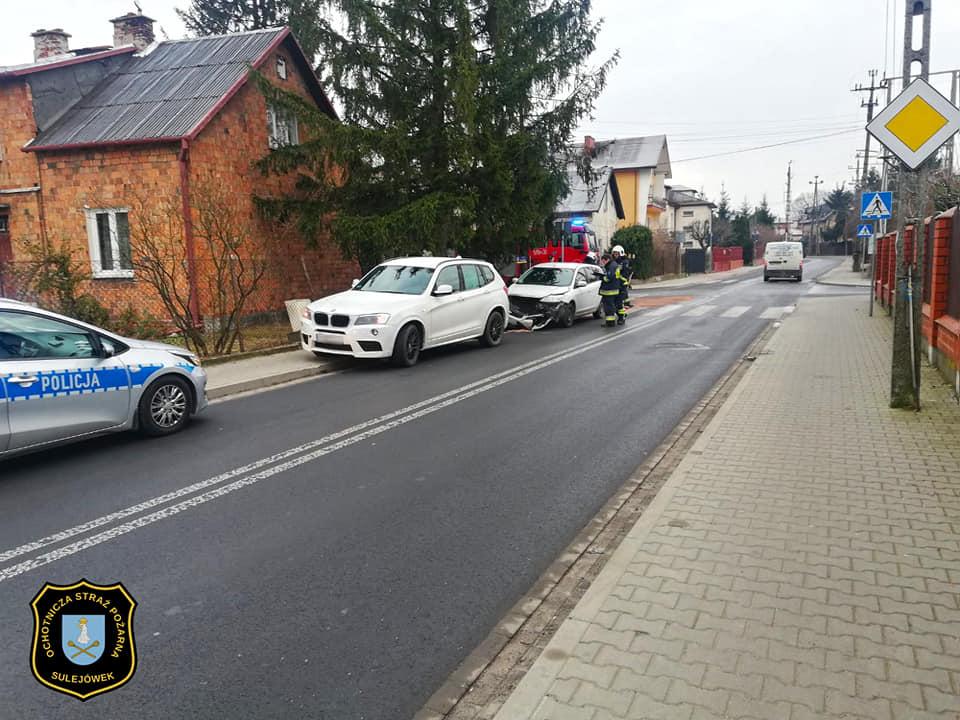Zderzenie BMW z Fordem na skrzyżowaniu Świętochowskiego i Głowackiego w Sulejówku (Źródło: OSP Sulejówek)